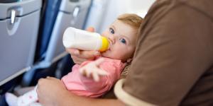 ¿A qué edad puede viajar en avión un bebé?