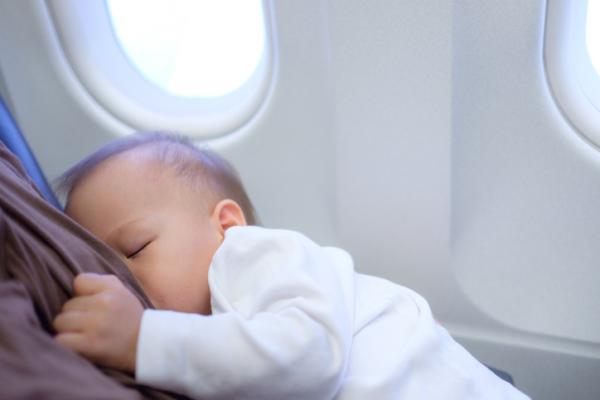 ¿A qué edad puede viajar en avión un bebé? - Cómo cuidar a un bebé en el avión