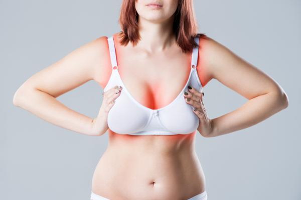 Mancha roja en el seno: causas y tratamiento