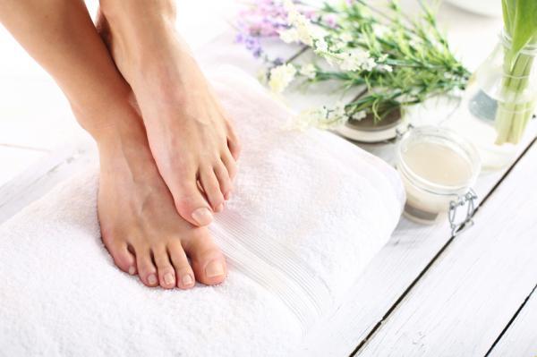 Cómo blanquear las uñas amarillas de los pies