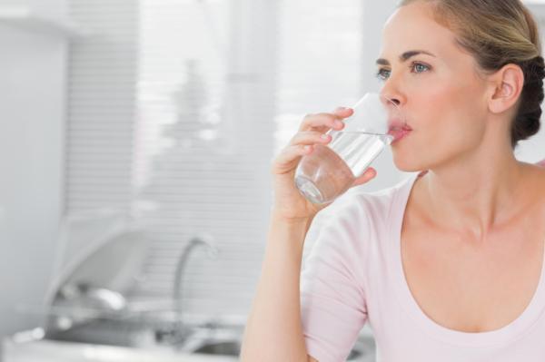 Cómo aliviar el dolor de estómago por gastroenteritis - Estar hidratado correctamente disminuye el dolor de estómago
