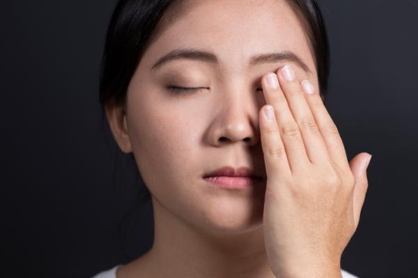 Sequedad ocular: síntomas y remedios - Parpadeo para promover lágrimas naturales en los ojos