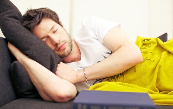 ¿Dormir después de comer engorda?