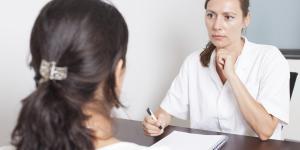 Sangrado después de la menopausia: ¿Es normal? - Todas las Causas