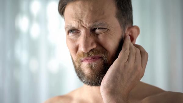 Granos dentro de la oreja: por qué salen y cómo quitarlos