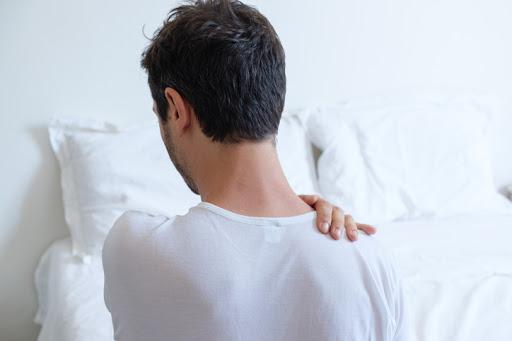 Dolor de hombro al dormir: causas y cómo aliviarlo