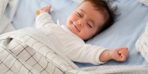 Arcadas del bebé dormido: causas y consecuencias