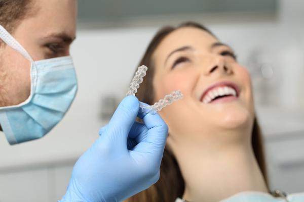 Qué es la ortodoncia invisible, cómo funciona y cuánto cuesta - ¿Cómo funciona la ortodoncia invisible?