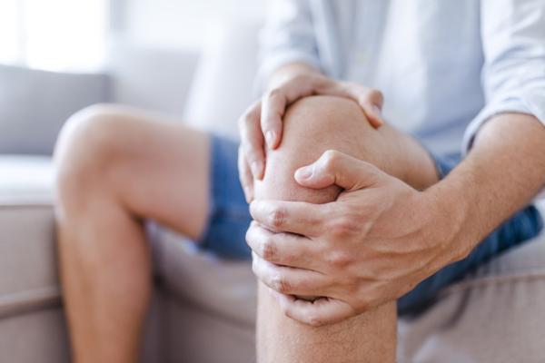 Dolor de rodilla al subir escaleras: causas y tratamiento - Edad