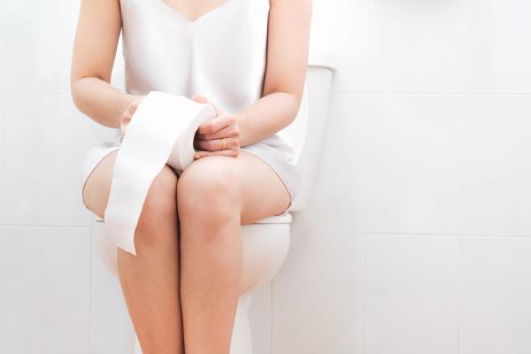 Puntos blancos en las heces: causas y tratamiento