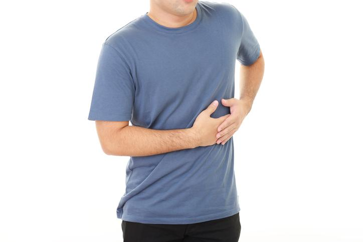 dolor abdominal lado derecho debajo de las costillas despues de comer