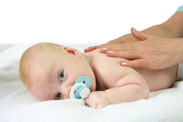 Por qué mi bebé tiene granitos en el cuerpo