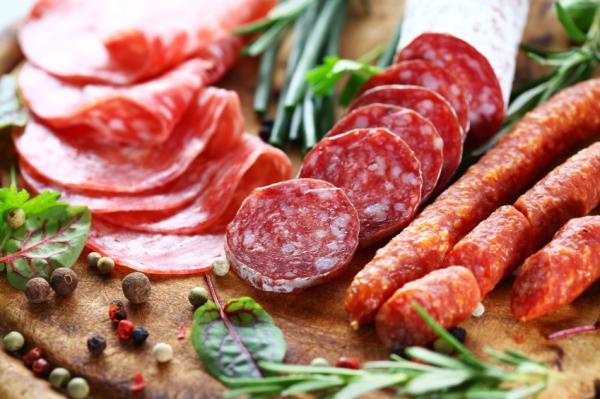 Alimentos malos para el colesterol - Embutidos y proteínas con alto contenido graso