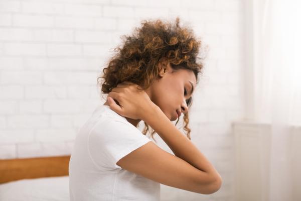 Dolor en el cuello lado derecho: causas y tratamiento