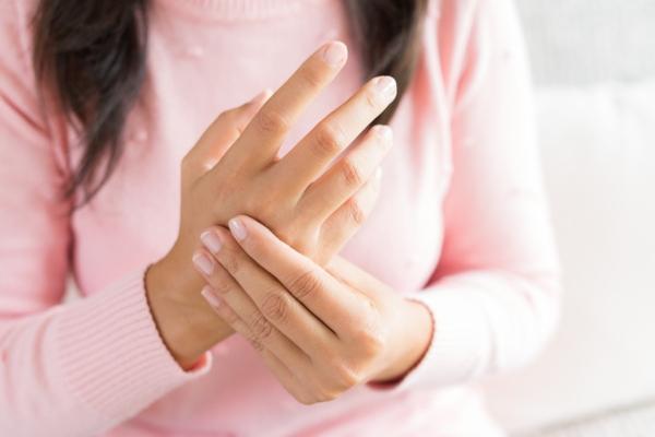 Por qué se hinchan las venas de la manos y duelen