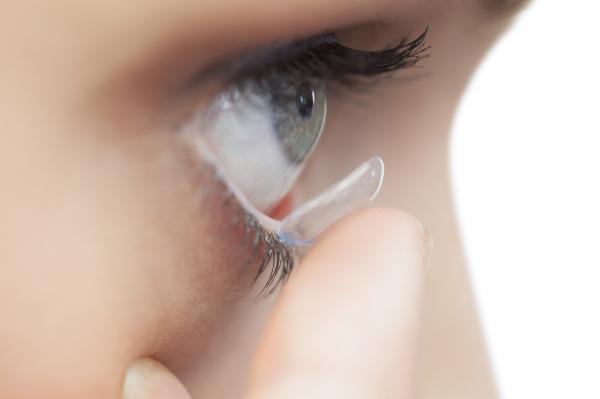 Por qué me escuecen los ojos al ponerme las lentillas