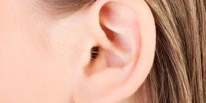 ¿Es malo echarse agua oxigenada en el oído?