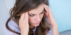 Dolor de cabeza durante la menstruación: causas y remedios naturales