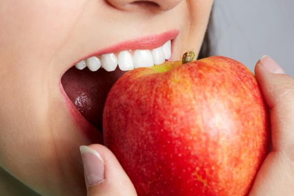 Alimentos que blanquean los dientes - Brócoli y manzanas