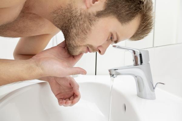 Cómo hidratar la piel debajo de la barba - Agua fría para evitar la descamación bajo la barba