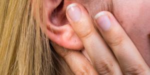 Ganglios inflamados detrás de la oreja: causas y tratamiento