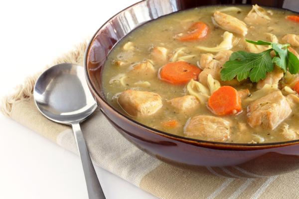 Remedios caseros para el dolor de garganta - Una buena sopa de pollo siempre ayuda