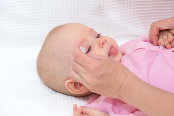 Cómo poner gotas en los ojos a un bebé