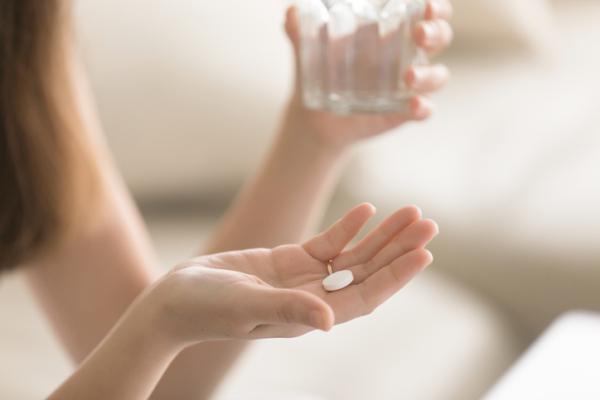 ¿Puedo tomar alcohol si tomo pastillas para la tiroides?