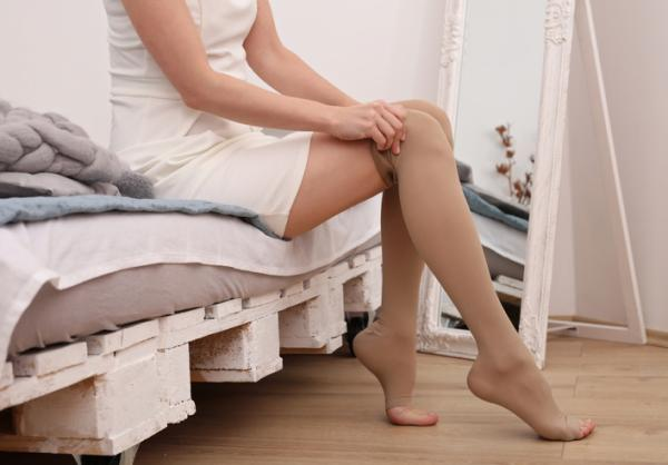 Remedios para el ardor en las piernas - Usar medias de compresión