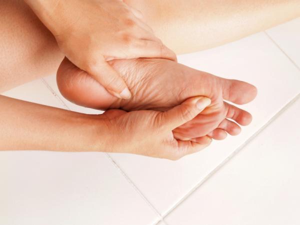 Causas del dolor en la planta del pie - Dolor en la planta del pie por fascitis plantar