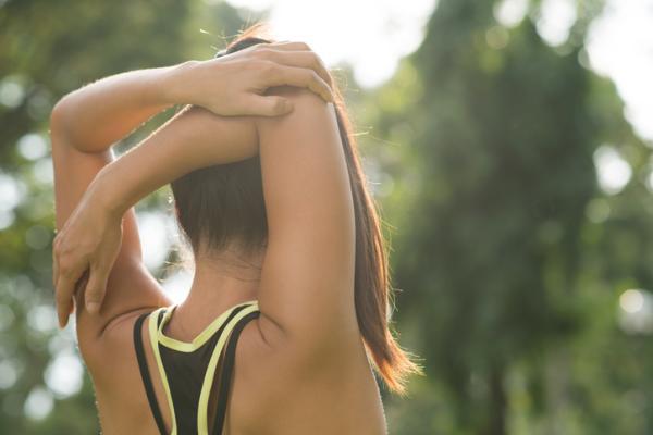 Cómo deshacer nudos en la espalda - Estiramiento de hombro contra los nudos en la espalda