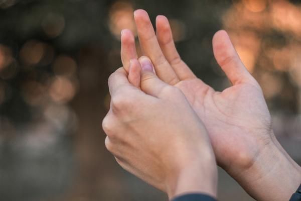 Por qué siento hormigueo en los dedos de las manos