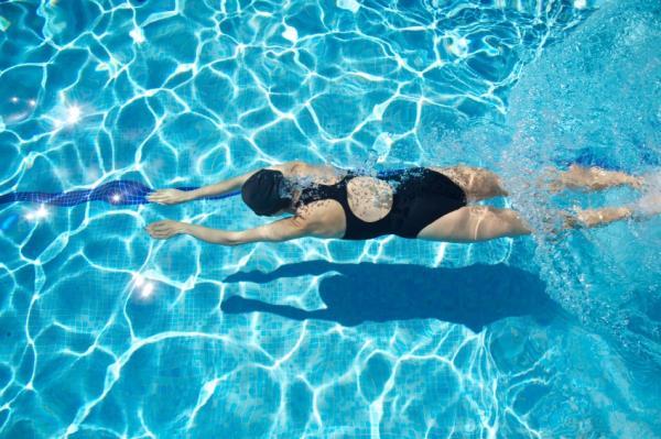 Remedios caseros para el dolor de cadera - Quitar el dolor de cadera en el agua