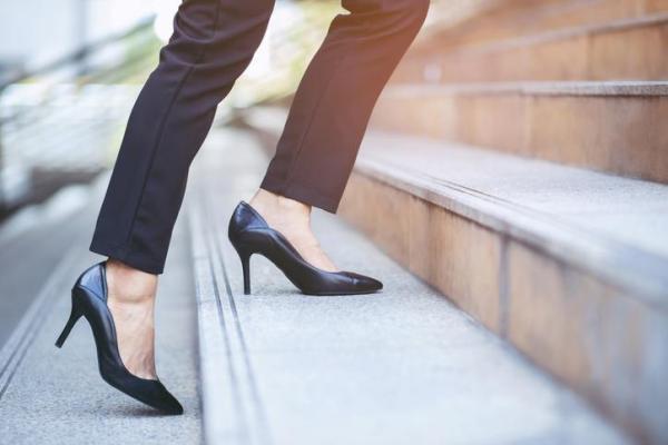 Dor no joelho ao subir escada: causas e tratamento - Uso de calçado inadequado