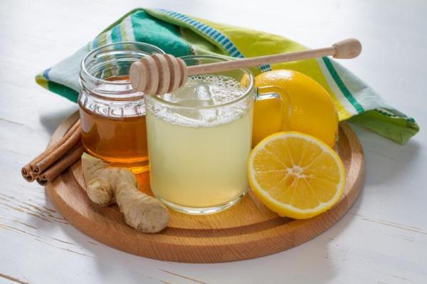 Remédio caseiro para dor de garganta - Mel com limão