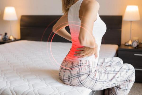 Dor na lombar ao deitar: causas e soluções - Causas da dor lombar ao deitar
