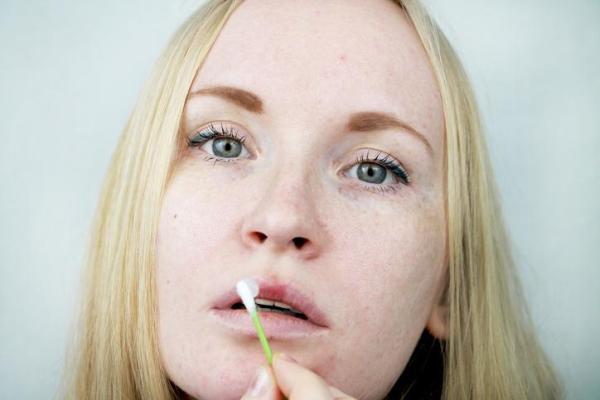 Bolinha branca no lábio: causas e como curar