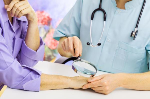 Mancha laranja na mão: causas e tratamento