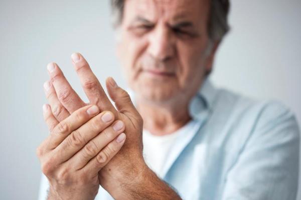 Dor nos dedos das mãos: o que pode ser