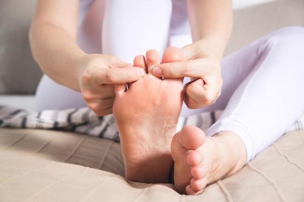 Cravo no pé: causas e como tirar - O que causa cravo no pé