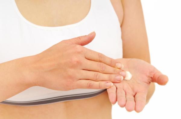 Dermatite nas mãos: causas, tratamento e remédios caseiros - Como tratar a dermatite nas mãos