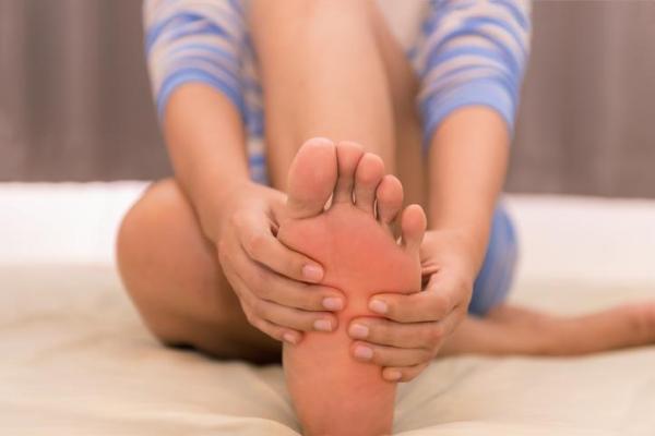 Sola do pé vermelha: causas e tratamento